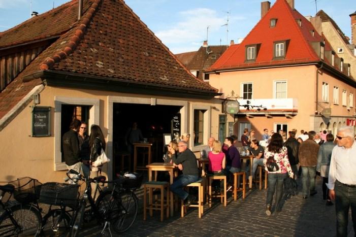 """Ob im Sommer, im Winter oder im Herbst. Die """"Alte Mainmühle"""" und der offene Weinverkauf ist ein Publikumsrenner in Würzburg."""