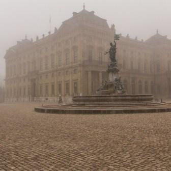 Frankonia-Brunnen und Residenz im Nebel.