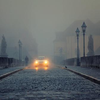 So früh und an einem Sonntagmorgen, darf nur ein Dienstfahrzeug der Stadt Würzburg auf der Alten Mainbrücke fahren...