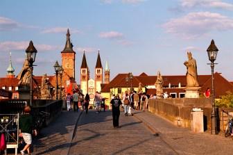 Blick über die Alte Mainbrücke an einem Sommertag.
