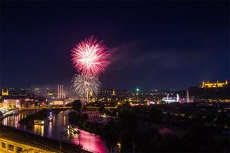 Ein großes Eröffnungsfeuerwerk als Auftakt zum Kiliani-Volksfest.