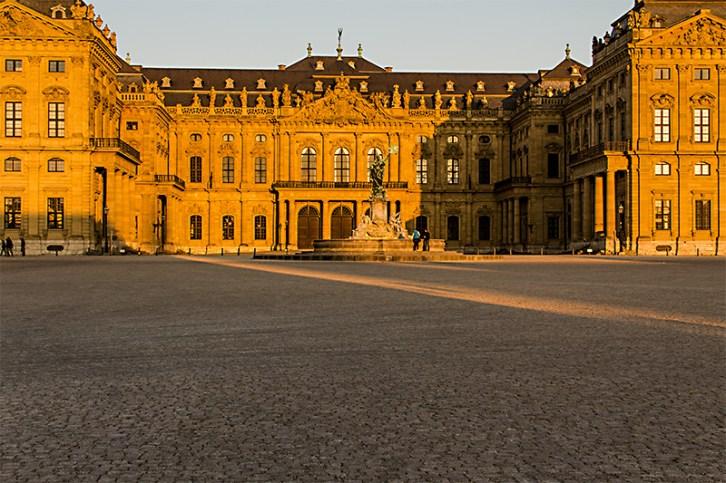 Golden spiegelt sich das Sonnenlicht am Abend in der schönen Würzburger Residenz.