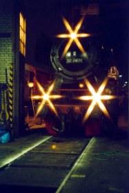 Jetzt gehts los - die Dampflok fährt aus dem Lokschuppen.