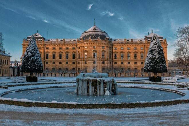 Kurz vor Sonnenuntergang im Hofgarten der Residenz im Februar.