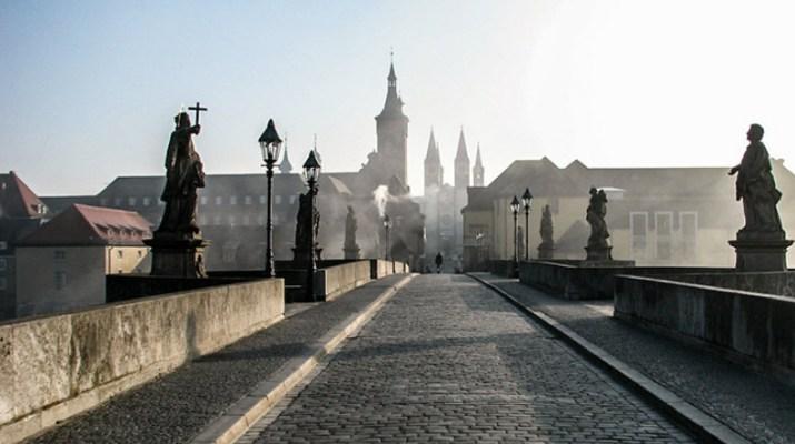 Die Alte Mainbrücke in Würzburg (Symbolbild: www.wuerzburg-fotos.de)