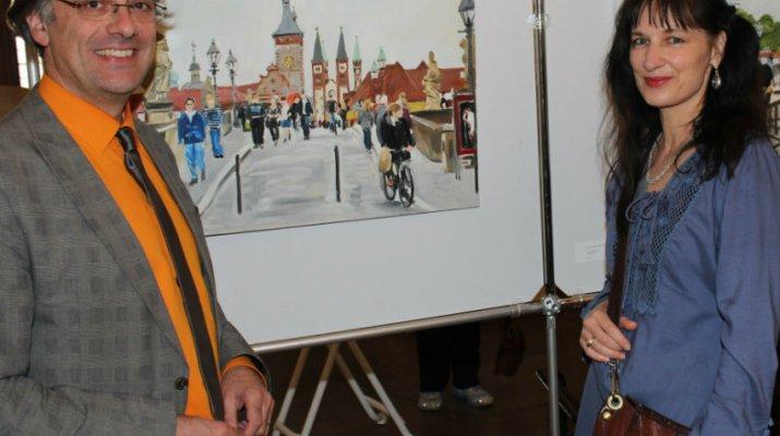 Lebendige Stadt auf Leinwand gebannt: Kulturreferent Muchtar Al Ghusain und Malerin Dorothee Simons vor einer Würzburg-Ansicht. (Foto: Georg Wagenbrenner)
