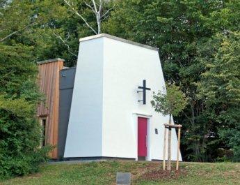 Die Autobahnkapelle Gramschatzer Wald hat eine Grundfläche von 28 Quadratmetern und bietet Sitzplätze für 18 Personen.