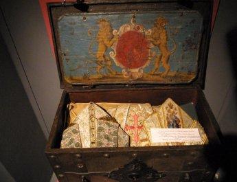 In dieser Kiste waren unter den Mitren die Häupter der Frankenapostel Kilian, Totnan und Kolonat ab 1942 in Gerolzhofen versteckt (Foto: Markus Hauck / POW)