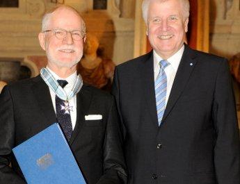 Prof. Christoph Reiners (links) und Bayerns Ministerpräsident Horst Seehofer bei der feierlichen Verleihung des bayerischen Verdienstordens. (Foto: Bayerische Staatskanzlei)