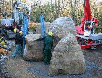 Platzieren der tonnenschweren Felsen für den Mwanza-Garten in Würzburg. (Foto: Sebastian Hilpert)