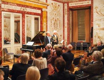 Die Zuhörerinnen und Zuhörer bedankten sich mit reichem Applaus und großzügigen Spenden für den gelungenen Konzertabend (Foto: Uni Würzburg)