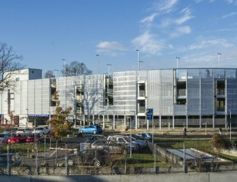 Das neue Parkhaus des Universitätsklinikums Würzburg bietet hinter seiner filigranen Aluminium-Fassade Stellplätze für 524 Fahrzeuge. (Foto: Uniklinikum Würzburg)