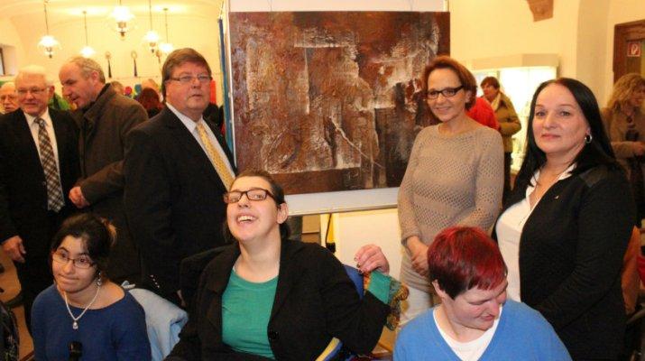 v.r. Barbara Knötgen (stv. Leiterin des Blindeninstituts, Andrea Seifert, Bürgermeister Dr. Adolf Bauer und einige der Malerinnen. (Foto: Claudia Penning-Lother)