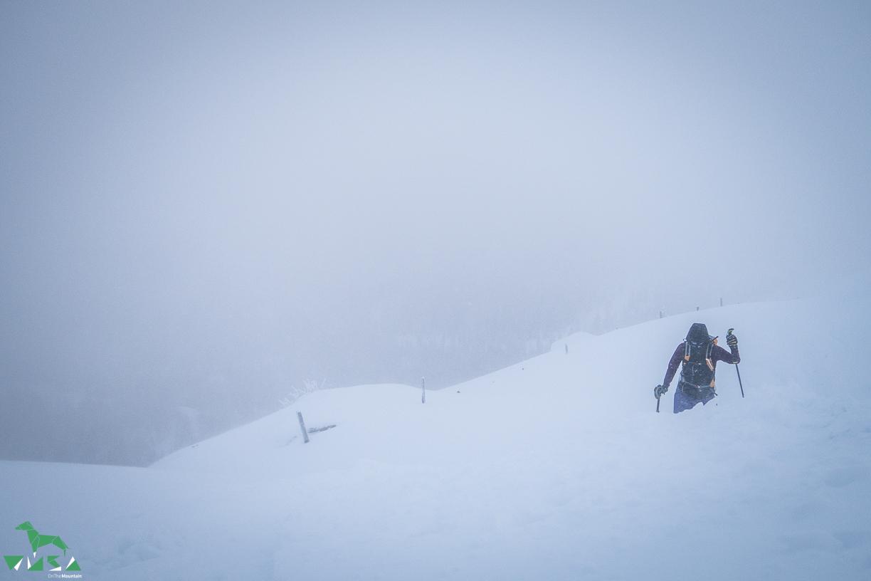 Kaltes Wetter unter dem Gipfel