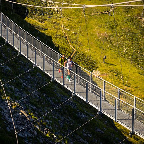 adidas Infinite Trails über die Hängebrücke