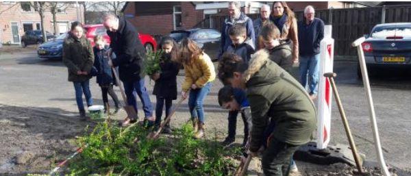 Woensdag 26 februari liet wethouder William Dogger samen met kinderen van basisschool De Marshof zijn groene vingers wapperen in Zwolle-Zuid