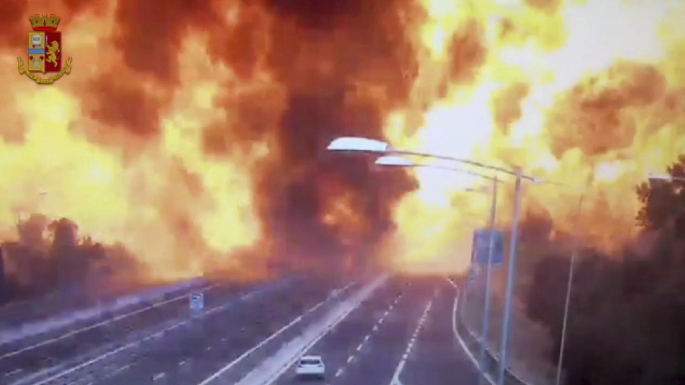 Italy_Highway_Explosion_14887-159532.jpg57860512
