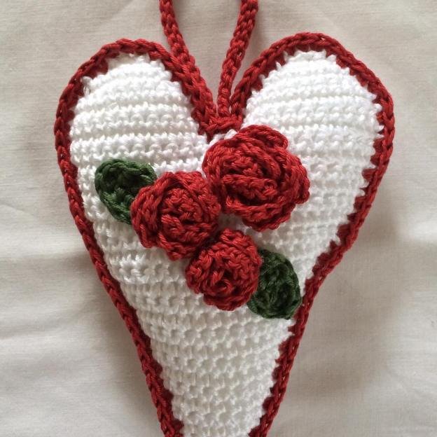 Crochet heart with roses