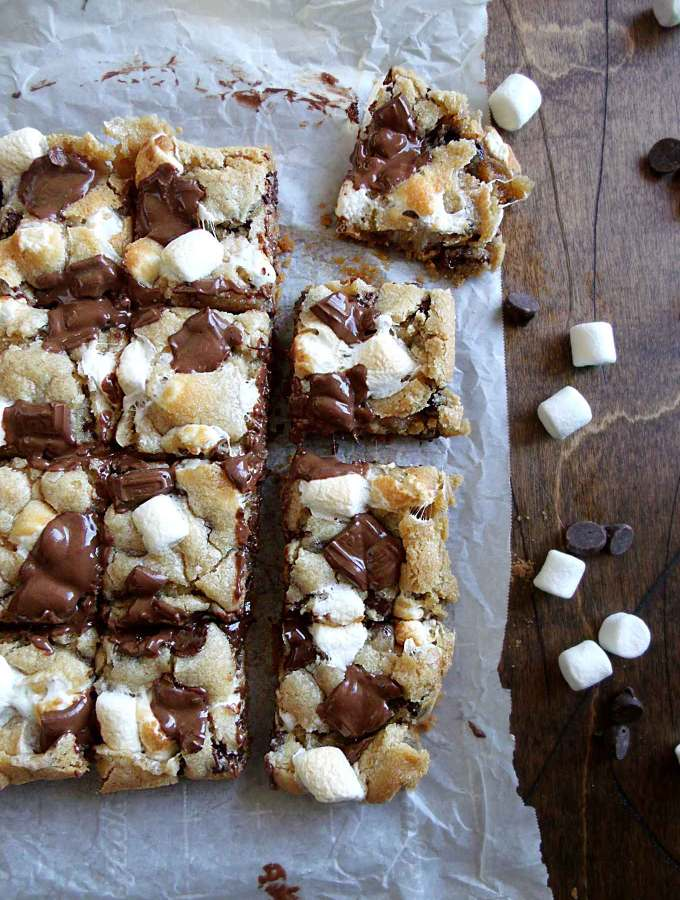 S'mores Cookie Bars - Graham cracker crumbs, toasted marshmallow, and gooey chocolate?? The perfect fix when you're too far from the campfire!