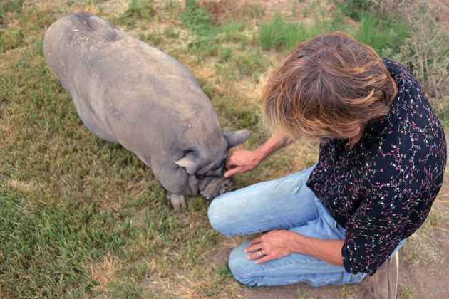 Maria with her rescued pet pig Willi (Garcia - click to enlarge)