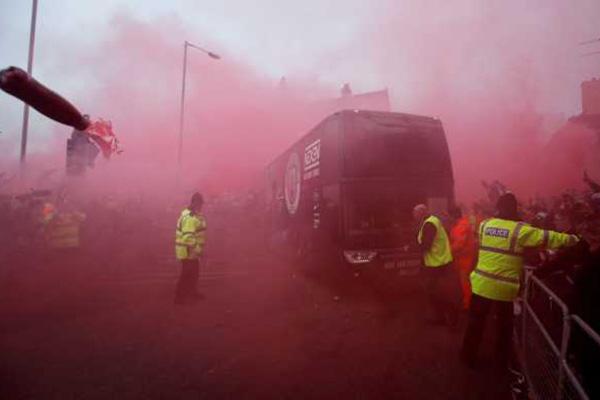 Polisi Selidiki Suporter Liverpool Pelempar Bus Manchester City