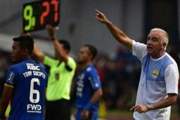 Terluka Di Laga Kontra Arema FC Begini Reaksi Pelatih Persib Bandung