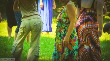 """Warsztat wprowadzający do cyklu """"Powrót do Ciała - Dzika Kobieta"""" na trawie."""