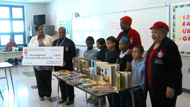 Delta Sigma Theta donated books and money to students at Volney Rogers_32437
