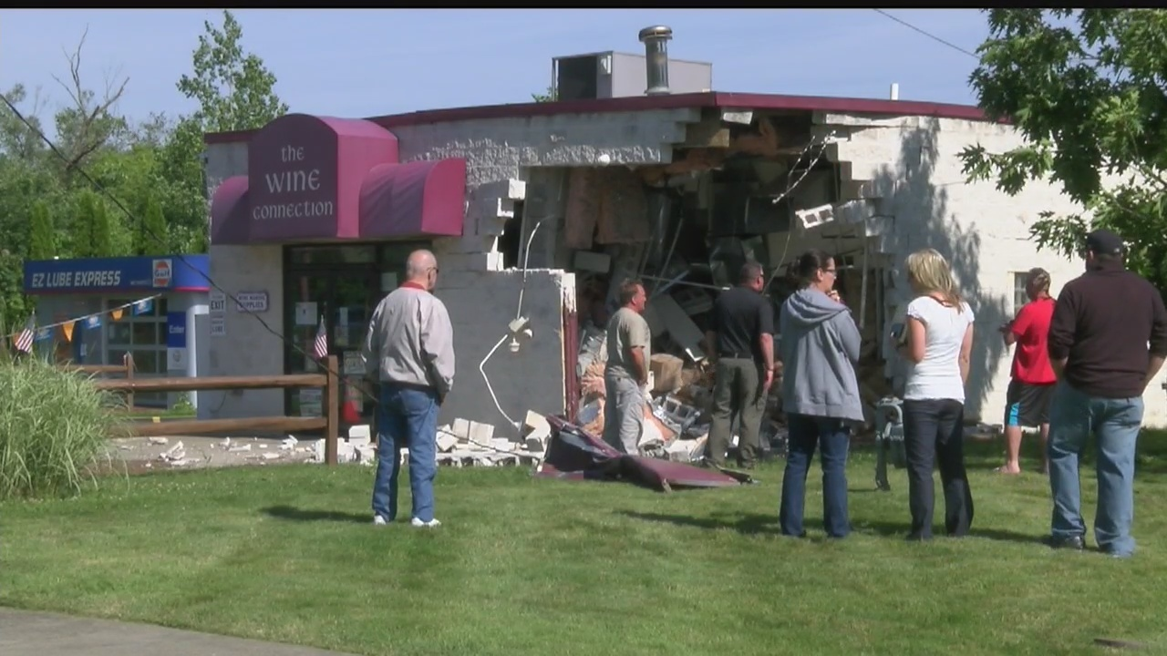 Truck_crashes_into_front_of_Columbiana_w_0_20190612224337