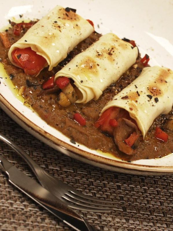 Canelones con verduras sobre crema de setas
