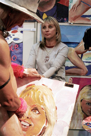 Một họa sĩ lấy chim để vẽ tranh bán