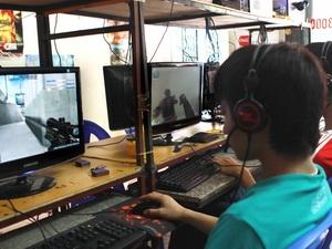 Trẻ chơi trò chơi điện tử tại một cửa hàng internet ở Hà Nội. (Ảnh: TTXVN)
