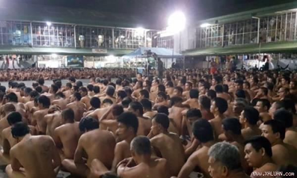 Hàng trăm tù nhân ở Philippines bị buộc cởi bỏ quần áo.