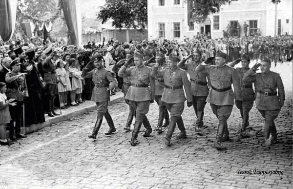 Αξιωματικοί-παρελαύνουν-στην-κεντρικη-πλατεια-της-Ξάνθης-το-1942