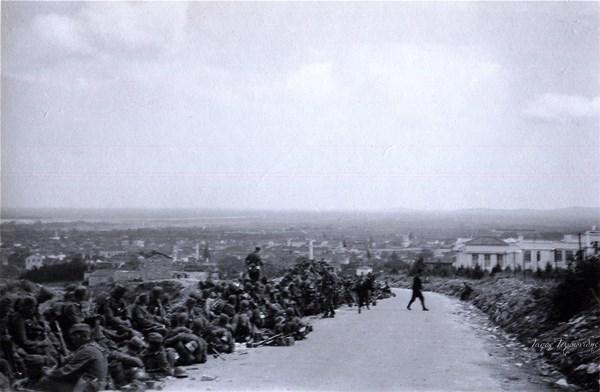 Tην 8η Απριλίου 1941 μετά την πτώση των οχυρών Εχίνου. Οι Γερμανοί κατακτητές εισέρχονται στην πόλη της Ξάνθης . Το σημείο της λήψης ειναι λίγο πιό πάνω απο το παλιό δημοτικό νοσοκομείο που διακρίνεται στα δεξιά της φώτο
