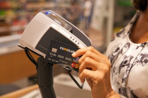 La Migros introduit le paiement NFC par carte. Il compte ensuite poursuivre ses essais...