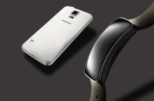 Le Gear Fit avec le Samsung Galaxy S5.