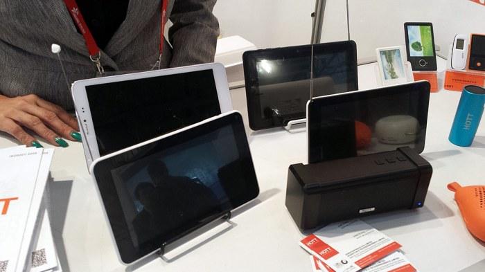 Des tablettes avec des antennes pour la TV hertzienne chez Hott.