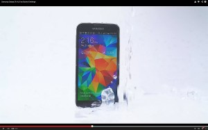 Ice Bucket Challenge: le Samsung Galaxy S5 peut jouer la carte de la décontraction...