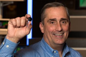 Sans cravate, le CEO d'Intel Brian Krzanich présente le module Curie.