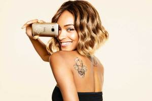 Jourdan Dunn avec le HTC One M9 Ink.