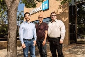 Le PDG de Microsoft Satya Nadella encadré par le CEO de LinkedIn Jeff Weiner et son fondateur Reid Hoffman.