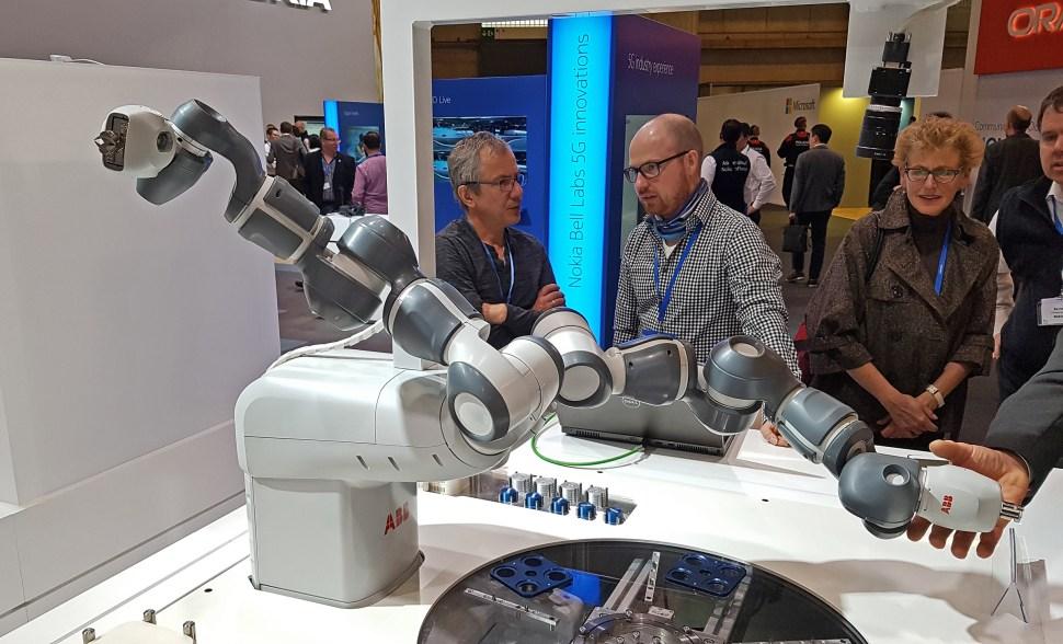 Un robot d'ABB destiné à être connecté en 5G sur les antennes de Nokia (MWC 2017).