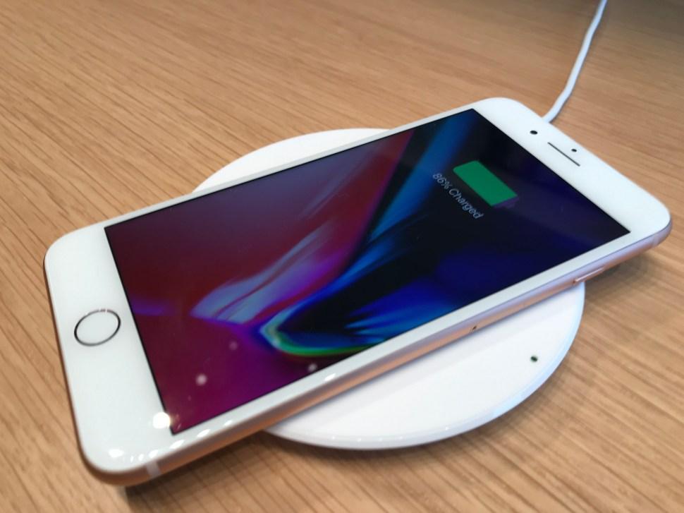 Les nouveaux iPhone 8 et iPhone 8 Plus se rechargent sans fil.