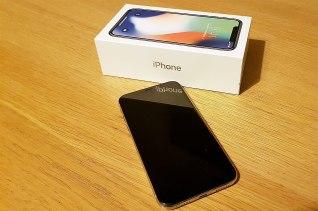 L'IPhone X se caractérise par son écran OLED et Face ID.