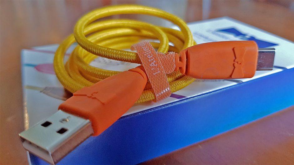 Un câble USB-USB-C adapté à un ancien chargeur Nokia orange jadis livré avec une connectique de type micro-USB.