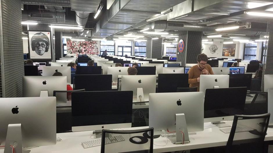 Des salles de travail avec quelque 330 ordinateurs...