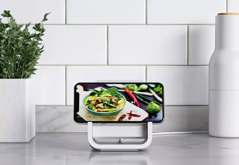 Le Logitech Powered Wireless Charging Stand en mode paysage.