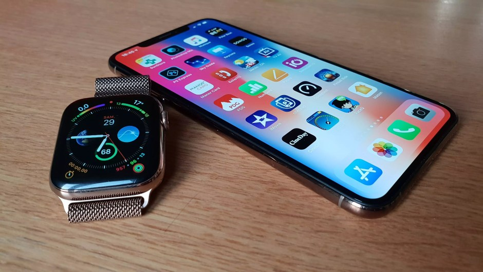 L'Apple Watch series 4 et l'iPhone Xs Max.
