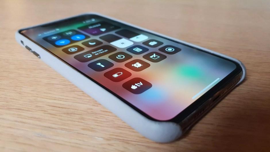 L'iPhone Xs Max dans son écrin de cuir.
